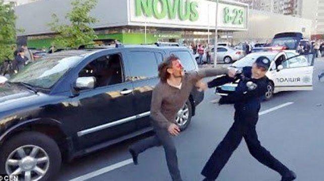¿Quién ganó? Un ex campeón olímpico a los bifes contra ¡siete policías!