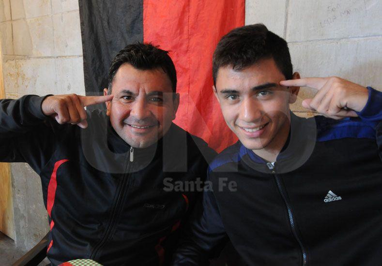 Gustavo y Tomás con la bandera de Colón de fondo reflejando claramente el sentimiento de ambos por el club que los vio nacer futbolísticamente. Foto: Juan Baialardo/UNO Santa Fe