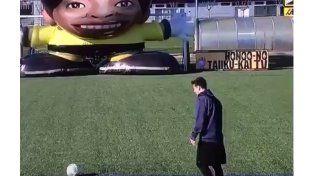Messi se midió con un arquero gigante en insólito desafío para la televisión japonesa