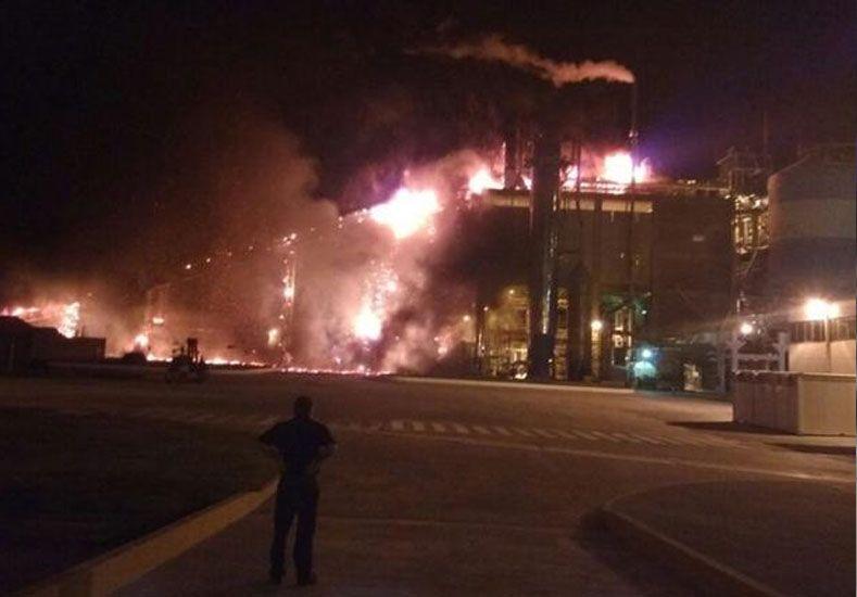Voraz incendio en las instalaciones de la planta de Celulosa en Capitán Bermúdez