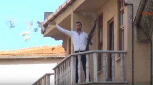 Video: asalta un banco y lanza el dinero a la calle