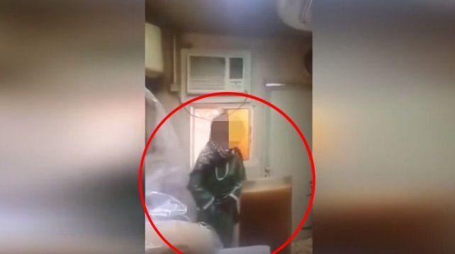La filmaron orinando el jugo de un cliente