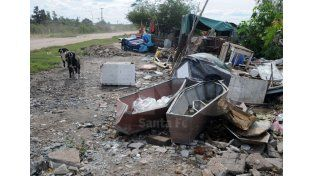 Central Guadalupe. Los vecinos encontraron piezas de chapa que se utilizan dentro de los féretros. Foto: Juan Baialardo / UNO Santa Fe