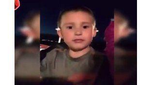 VIDEO: Casi se cae de una montaña rusa