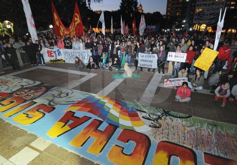 Viva la memoria. Cientos de santafesinos se reunieron en la Plaza de Mayo para exigir justicia. UNO de Santa Fe/José Busiemi