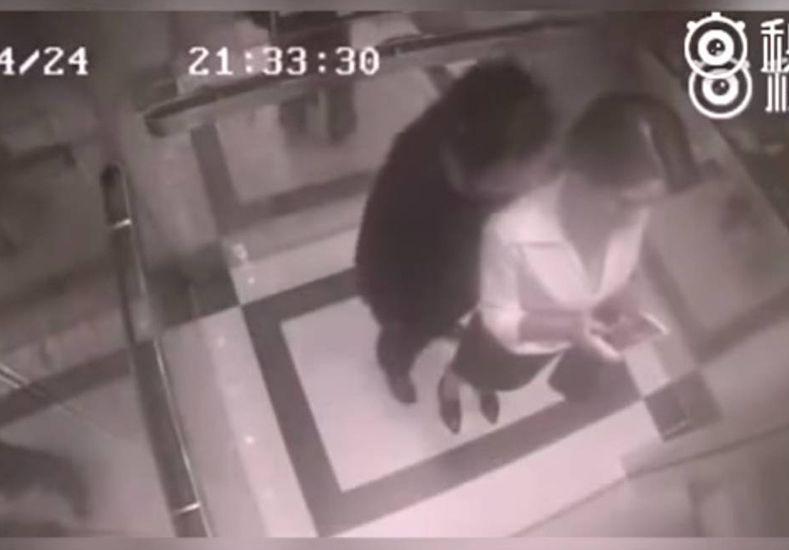 Una mujer se defiende valientemente de un acosador en un ascensor