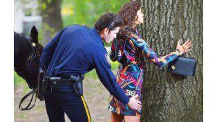 Un policía palpa a Irina Shayk en Central park