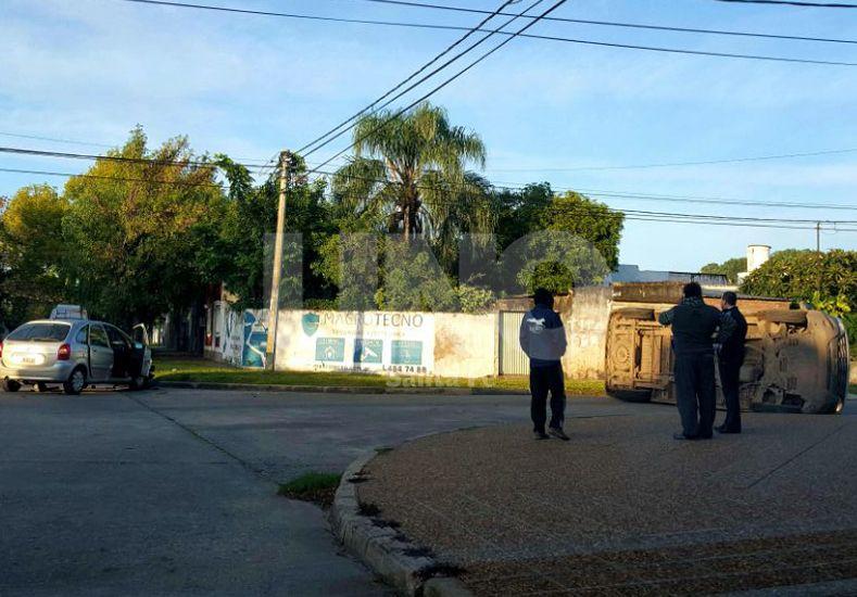 Espectacular choque y vuelco en Barrio Sargento Cabral