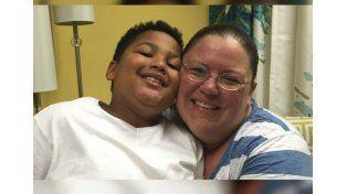 Un nene de 9 años vendió limonada para ayudar a pagar los gastos de su propia adopción