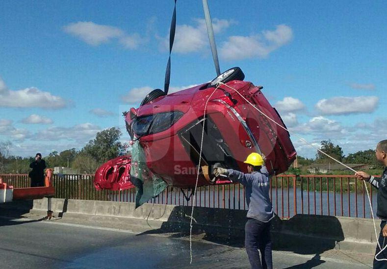 La Guardia: rescataron el auto que cayó al agua desde un aliviador de la ruta 168
