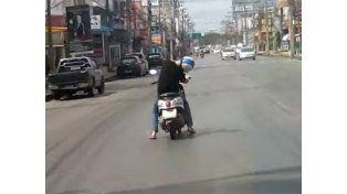 Increible. Lo que más llama la atención es la posición de la cabeza del motociclista.
