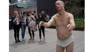 La estatua de un sonámbulo en calzoncillos asombra por su realismo en Nueva York