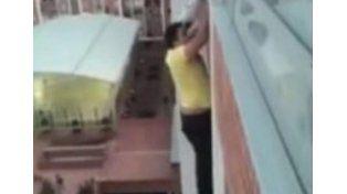 Un joven arriesga su vida para salvar a un cachorro a punto de caer al vacío desde un balcón