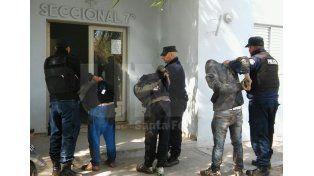 Tras una persecución, dos jóvenes fuero arrestados con un arma de guerra cargada