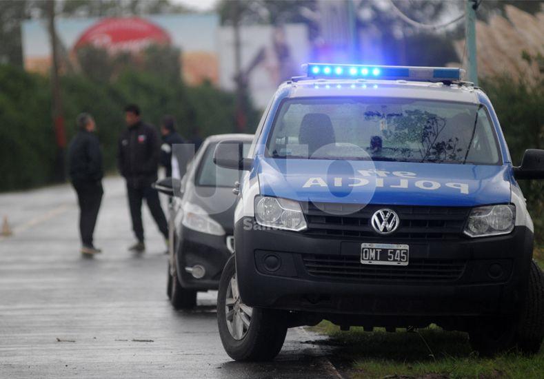 Uno de los móviles policiales apostado dentro del predio en lo que fue la vuelta al trabajo del plantel sabalero / Foto: Juan Manuel Baialardo - Uno Santa Fe