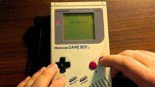Otro ejemplo lo tienes sobre estas líneas: una Game Boy original.  La consola portátil fabricada por Nintendo y lanzada en Europa en el  año 1990 marcó un antes y un después en el mundo del entretenimiento.  Fue un regalo muy popular en su época Otro ejemplo lo tienes sobre estas líneas: una Game Boy original. La consola portátil fabricada por Nintendo y lanzada en Europa en el año 1990 marcó un antes y un después en el mundo del entretenimiento. Fue un regalo muy popular en su época