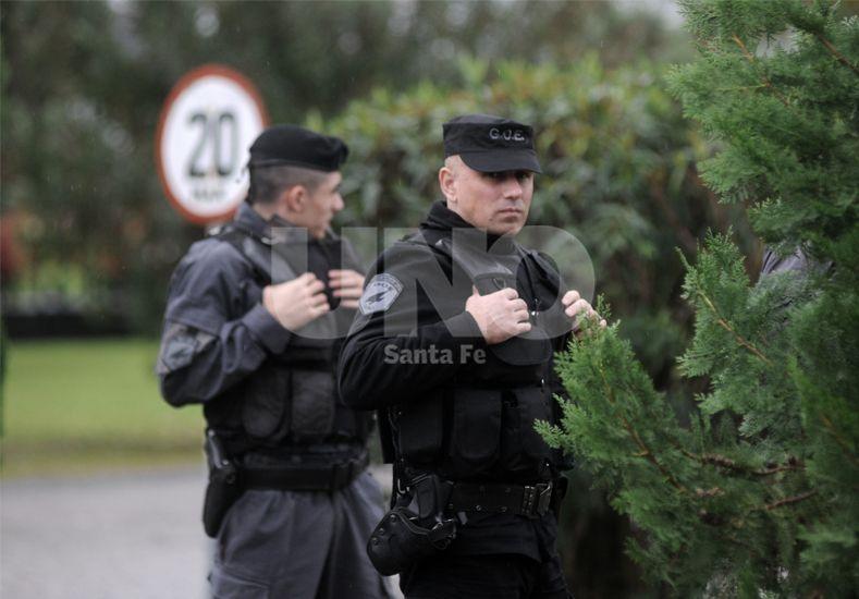 Presencia policial. Más de 40 efectivos custodiaron el entrenamiento de Colón. Foto: Juan Manuel Baialardo / UNO Santa Fe.