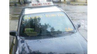 Un delincuente golpeó a una mujer taxista y se llevó el auto que conducía