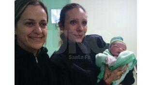 Las policia que ayudaron a Emilce a traer al mundo a su beba