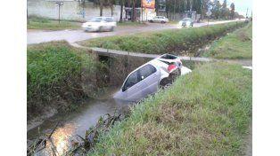 Un auto terminó en un zanjón tras un accidente