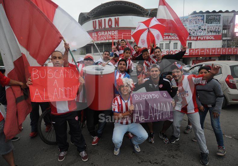 Todo comenzó en la sede del la entidad y los carteles reflejan las primeras cargadas hacia el rival / Foto: Manuel Testi - Uno Santa Fe