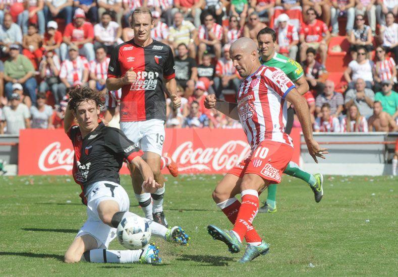 Conti va fuerte abajo para tapar el remate de Malcorra. Foto: Manuel Testi / UNO Santa Fe.