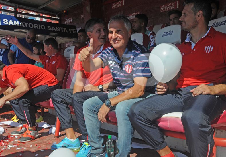 Leonardo Madelón escribió otro capítulo de amor con la gente de Unión al ganar un nuevo Clásico. Foto: Manuel Testi / UNO Santa Fe.
