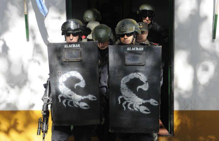 Jorge Chueco sale custodiado por miembros del escuadró Alacrán de la Policía.