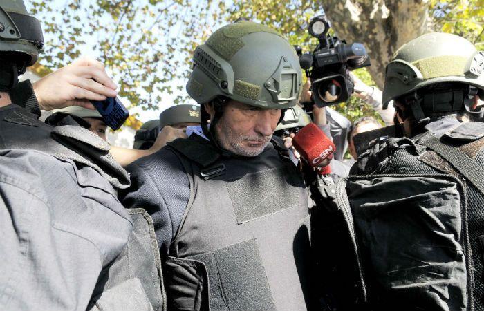 Jorge Chueco llega a Tribunales con casco y chaleco antibalas. (Foto: DyN)