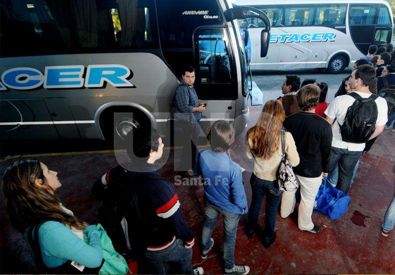 En la fila. Cientos de estudiantes universitarios y terciarios viajan diariamente para cursar sus materias. UNO de Santa Fe/Manuel Testi