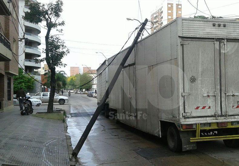 Video: un camión tumbó un poste de luz en el macrocentro santafesino
