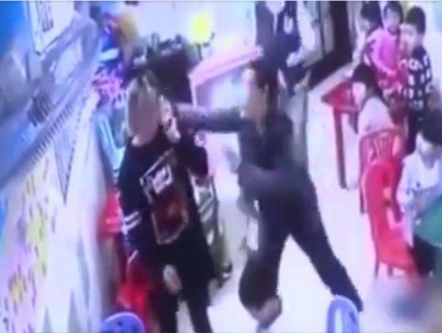 Abuela golpeó a una maestra