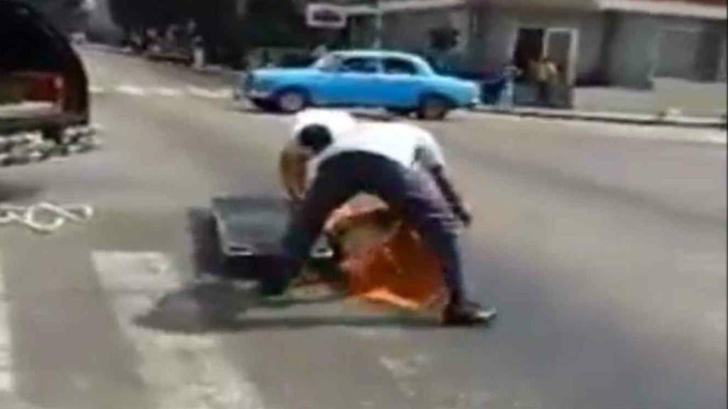Video: coche fúnebre perdió el muerto por el camino
