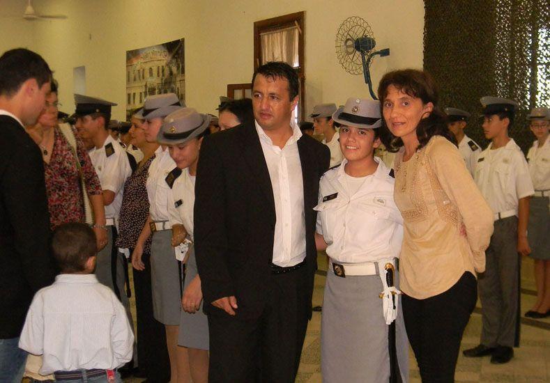 Los emocionados familiares entregaron el símbolo del mando a los cadetes de Vto año.