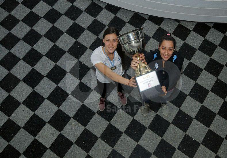 María Florencia Giorgi y Karina Suligoy alzan la Copa que obtuvieron luego de vencer en la final a Boca Juniors / Foto: Mauricio Centurión - Uno Santa Fe