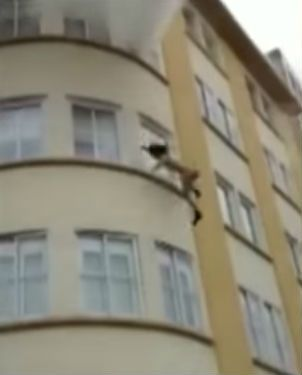 Una mujer escapó de un incendio lanzándose al vacío desde la ventana de su departamento.