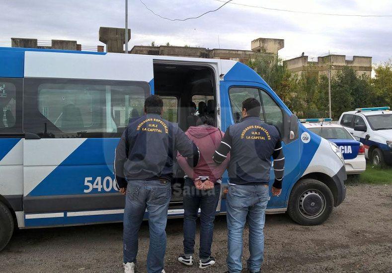 El hombre de 31 años que fue detenidos en la provincia de Buenos Aires y está siendo trasladado a la ciudad de Santa Fe.