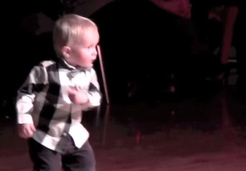 Un niño rockero revoluciona la web con un baile al mejor estilo Elvis Presley