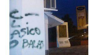 Pintadas en la fachada de la cancha de Colón./ gentileza LT10 @Veroensinas.
