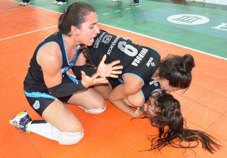 Emoción a flor de piel. El llanto y la alegría se mezclaron en el cuerpo de María Elena Romero y el resto de sus compañeras por el campeonato./ Zampi Producciones.