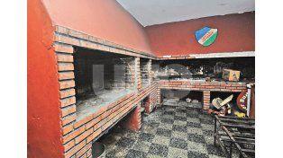 Motivo de reunión. Los asadores crean sabrosas cenas que atraen a los socios. Fotos UNO/Mauricio Centurión