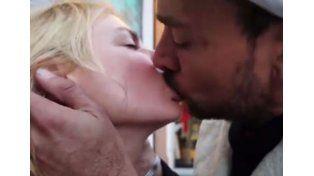 Chano le estampó un apasionado beso en la boca a Esmeralda Mitre