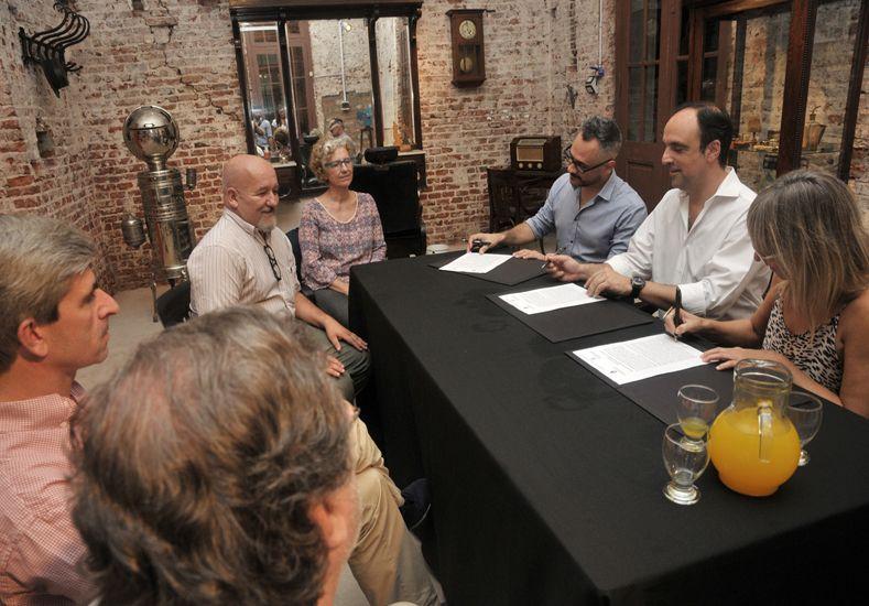 El momento en que se firma el convenio que garantiza la continuidad de la oficina local del INT / Foto: Gentileza Municipalidad de Santa Fe