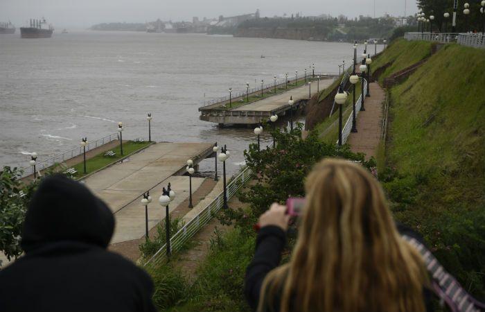 El lunes pasado un sector del Paseo de la Libertad se desmoronó por la crecida del Paraná. (Foto:C. Mutti LOvera)