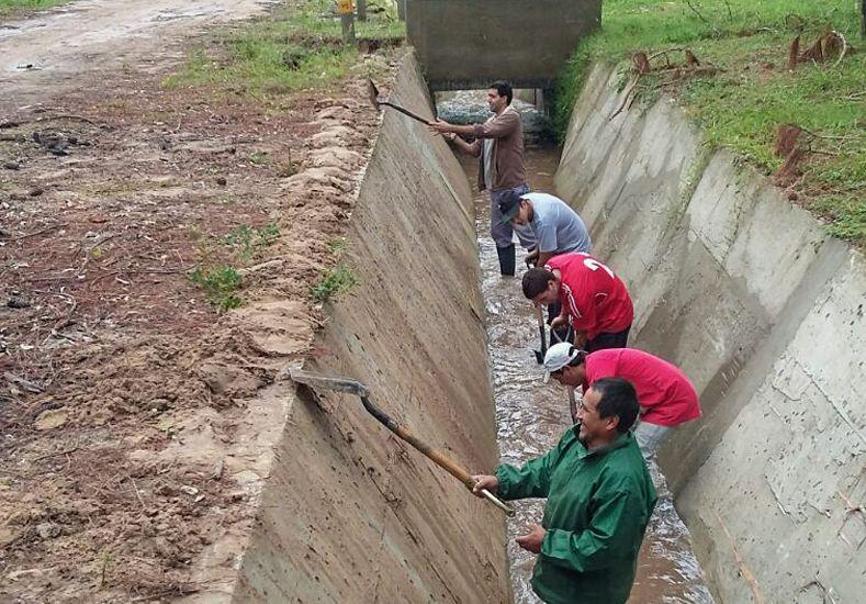 Intensifican los trabajos de desobstrucción y bombeo en Colastiné Norte