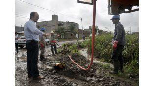 Por la emergencia hídrica más de 30 cuadrillas realizan trabajos de zanjeo y desobstrucción