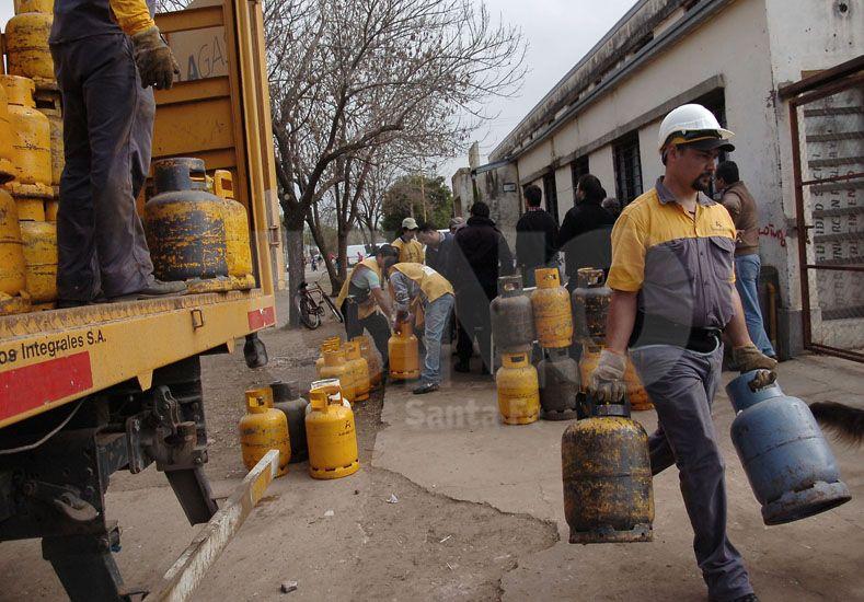 En el portón. En los depósitos de los locales la garrafa se consigue desde los 87 a los 100 pesos / Foto: Juan Manuel Baialardo - Uno Santa Fe