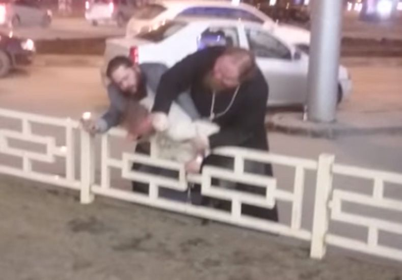 Un ex sacerdote atacó a un empresario y lo golpeó con un crucifijo