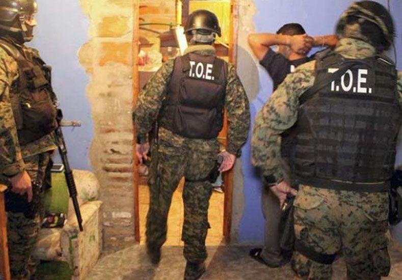 Efectivos de la TOE custodian a uno de los detenidos tras los allanamientos de esta mañana. Foto: Ministerio de Seguridad de Santa Fe