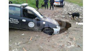 Un patrullero debió ser asistido tras caer dentro de un socavón en barrio Roma